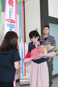 お祝いの花束贈呈